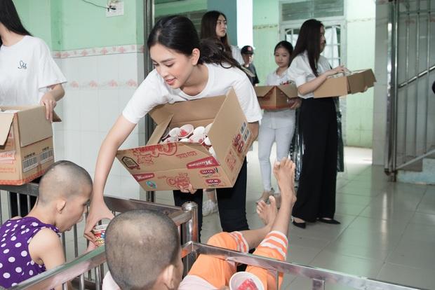 Tiểu Vy, Lương Thuỳ Linh cùng dàn Á hậu chung tay tặng quà cho trẻ em khuyết tật, mồ côi nhân ngày Tết thiếu nhi - Ảnh 12.