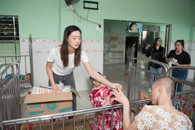 Tiểu Vy, Lương Thuỳ Linh cùng dàn Á hậu chung tay tặng quà cho trẻ em khuyết tật, mồ côi nhân ngày Tết thiếu nhi - Ảnh 11.