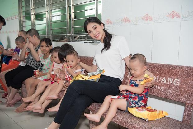 Tiểu Vy, Lương Thuỳ Linh cùng dàn Á hậu chung tay tặng quà cho trẻ em khuyết tật, mồ côi nhân ngày Tết thiếu nhi - Ảnh 10.