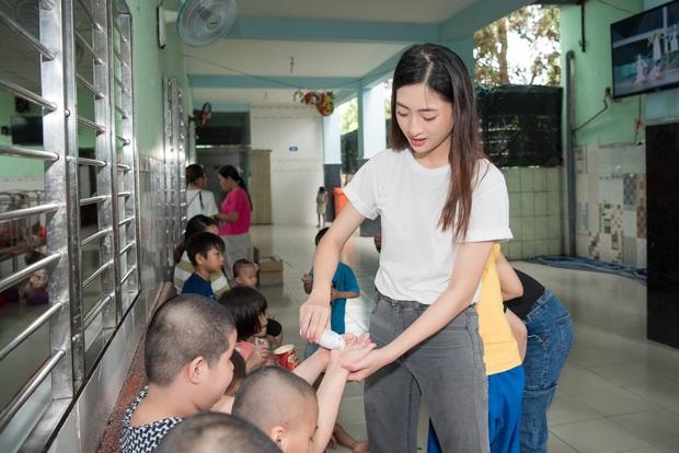 Tiểu Vy, Lương Thuỳ Linh cùng dàn Á hậu chung tay tặng quà cho trẻ em khuyết tật, mồ côi nhân ngày Tết thiếu nhi - Ảnh 9.