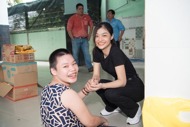 Tiểu Vy, Lương Thuỳ Linh cùng dàn Á hậu chung tay tặng quà cho trẻ em khuyết tật, mồ côi nhân ngày Tết thiếu nhi - Ảnh 13.