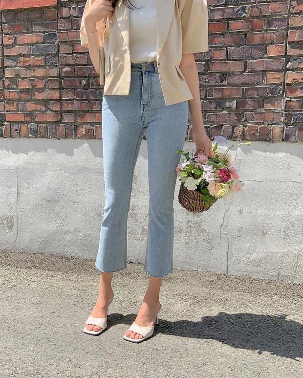 Quần jeans xanh sáng thống trị mùa hè và 14 tuyệt kỹ phối đồ chuẩn giúp bạn lên đời phong cách - Ảnh 17.