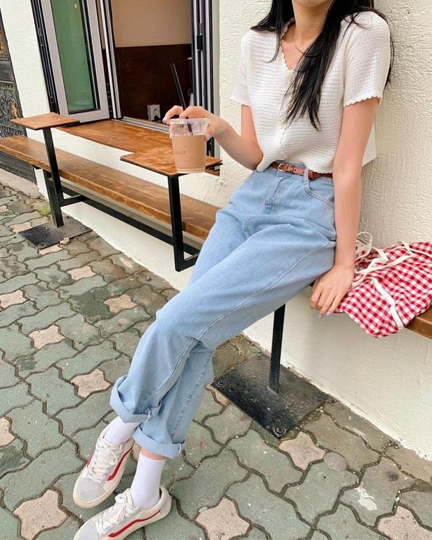 Quần jeans xanh sáng thống trị mùa hè và 14 tuyệt kỹ phối đồ chuẩn giúp bạn lên đời phong cách - Ảnh 4.