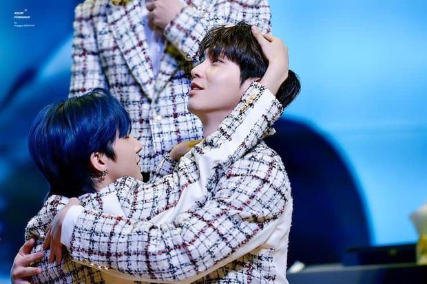 """Màn mukbang """"nhìn thôi đã thấy đau bụng"""" của hai nam idol Hàn Quốc: socola với dưa chuột, phô mai với kim chi và còn hơn thế nữa! - Ảnh 2."""