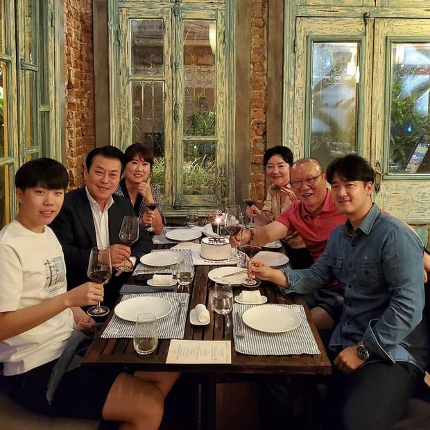 Vợ chồng thầy Park nâng ly rượu vang, chúc mừng sinh nhật HLV thể lực tuyển Việt Nam - Ảnh 1.