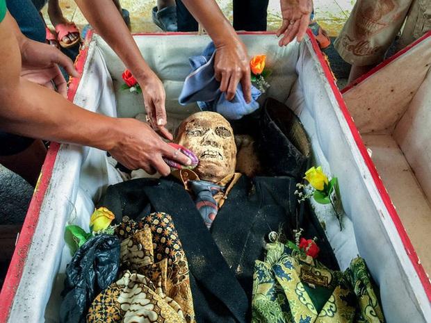 Sống chung và vệ sinh thi thể người chết: Việc làm nghe rùng rợn nhưng là văn hóa người Toraja cùng những lễ tang đắt đỏ thể hiện sự giàu sang - Ảnh 1.