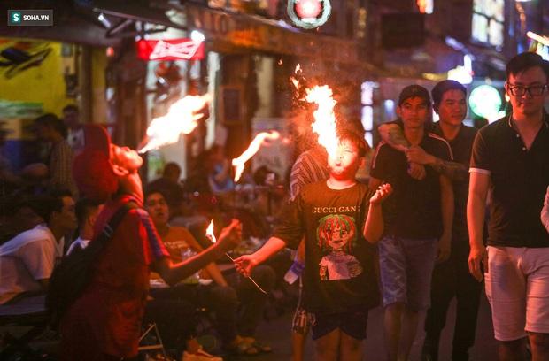 Những đứa trẻ không Tết thiếu nhi, trắng đêm phun lửa mưu sinh ở phố Tây Bùi Viện - Ảnh 1.