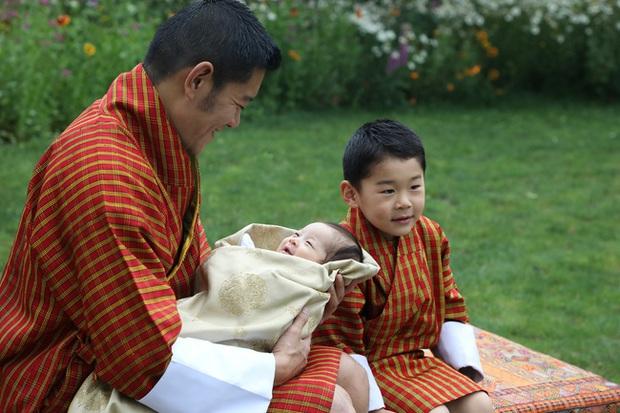 Hoàng hậu vạn người mê Bhutan chính thức công bố hình ảnh con trai thứ 2 mới sinh khiến dân mạng xuýt xoa - Ảnh 2.
