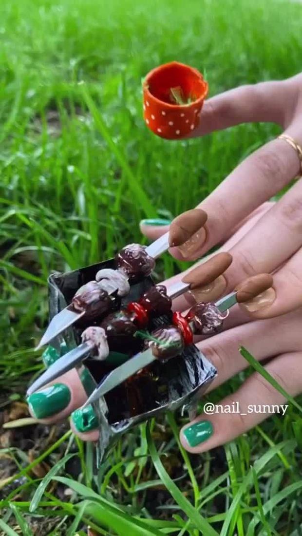 Chán kiểu móng tay đẹp quyến rũ, cặp chị em thợ làm nail sáng tạo ra bộ móng nguy hiểm, nhìn thôi cũng đủ sợ - Ảnh 2.