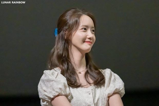 Bọng mắt to nhưng chẳng buồn giấu mà còn makeup cho nổi bật, Yoona vẫn được khen xinh hết nút chứ chẳng ai chê bai gì - Ảnh 1.