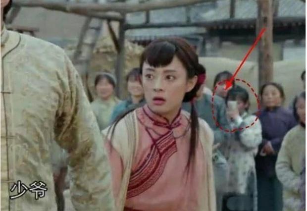 Loạt sạn hài hước trong phim Hoa ngữ: Điện thoại, giày thể thao bất ngờ xuyên không về thời cổ trang - Ảnh 12.