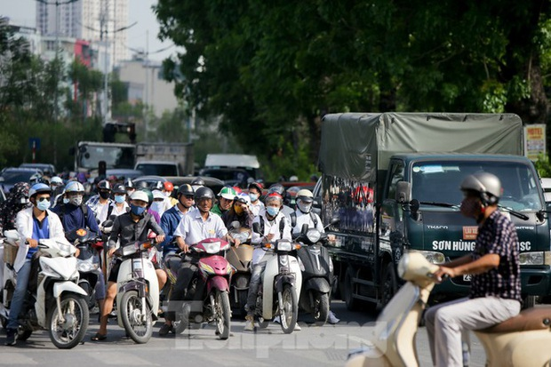 Người dân Hà Nội khổ sở ra đường trong ngày đầu đợt cao điểm nắng nóng - Ảnh 1.
