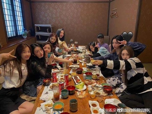 THE9 đồng loạt khoe ảnh ngày bé: Ngu Thư Hân leo top Weibo, Khổng Tuyết Nhi xinh từ trong trứng, khó nhận ra nhất là center - Ảnh 10.