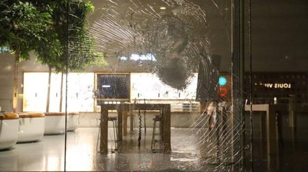 Lợi dụng bạo loạn ở Mỹ để khoắng sạch iPhone trong cửa hàng, kẻ trộm ngớ người vì một nước đi cao tay của Apple - Ảnh 1.