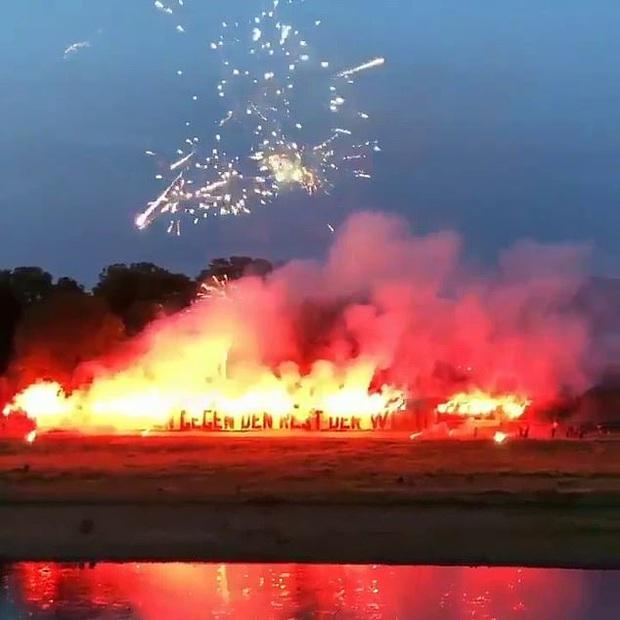 Fan cứng đốt pháo hoa đỏ rực một góc trời chào mừng các cầu thủ trở lại nhưng phải nhận cái kết không viên mãn - Ảnh 1.
