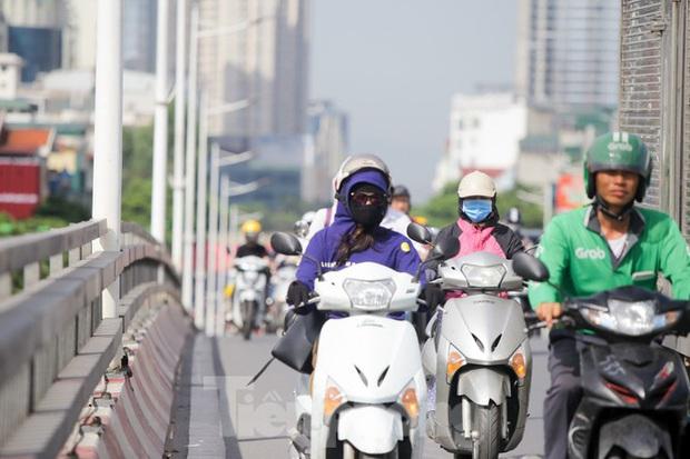 Người dân Hà Nội khổ sở ra đường trong ngày đầu đợt cao điểm nắng nóng - Ảnh 11.