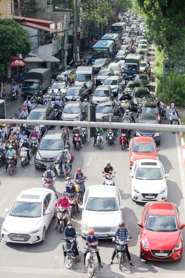 Người dân Hà Nội khổ sở ra đường trong ngày đầu đợt cao điểm nắng nóng - Ảnh 12.