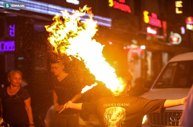 Những đứa trẻ không Tết thiếu nhi, trắng đêm phun lửa mưu sinh ở phố Tây Bùi Viện - Ảnh 12.