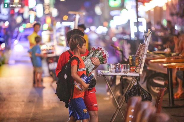 Những đứa trẻ không Tết thiếu nhi, trắng đêm phun lửa mưu sinh ở phố Tây Bùi Viện - Ảnh 3.