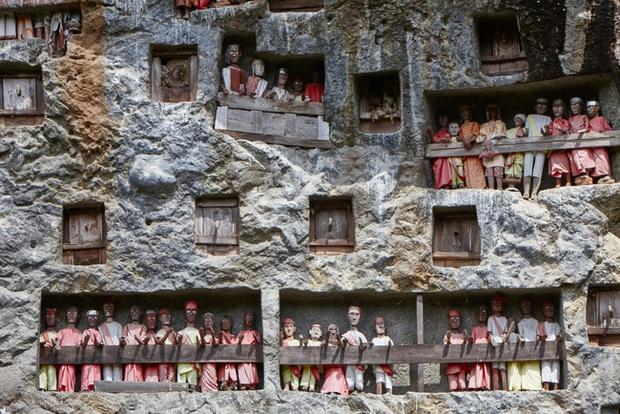 Sống chung và vệ sinh thi thể người chết: Việc làm nghe rùng rợn nhưng là văn hóa người Toraja cùng những lễ tang đắt đỏ thể hiện sự giàu sang - Ảnh 4.