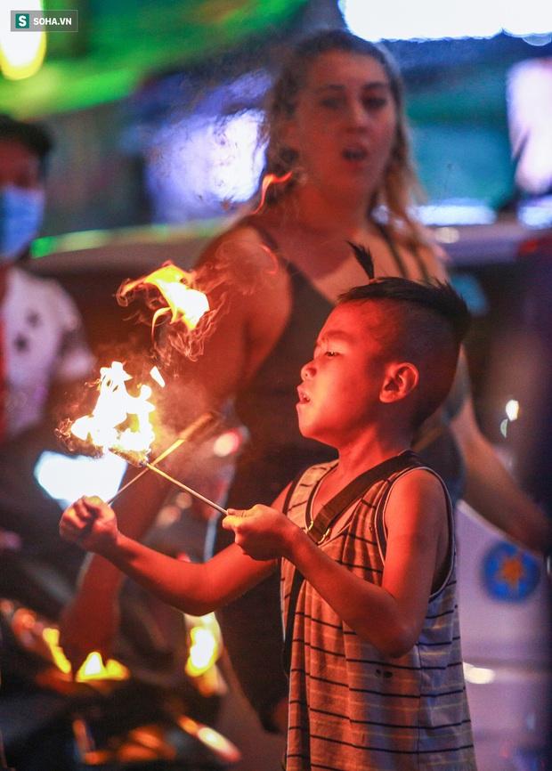 Những đứa trẻ không Tết thiếu nhi, trắng đêm phun lửa mưu sinh ở phố Tây Bùi Viện - Ảnh 4.
