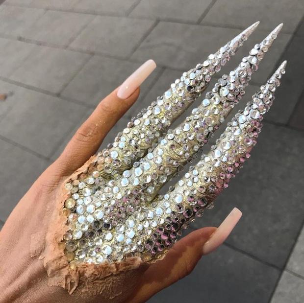 Chán kiểu móng tay đẹp quyến rũ, cặp chị em thợ làm nail sáng tạo ra bộ móng nguy hiểm, nhìn thôi cũng đủ sợ - Ảnh 6.