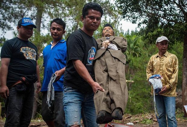 Sống chung và vệ sinh thi thể người chết: Việc làm nghe rùng rợn nhưng là văn hóa người Toraja cùng những lễ tang đắt đỏ thể hiện sự giàu sang - Ảnh 7.