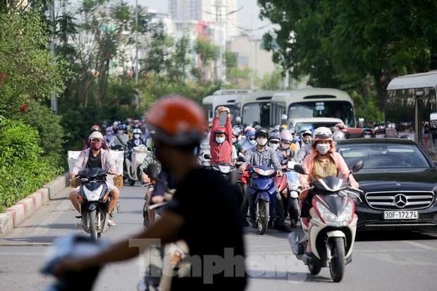 Người dân Hà Nội khổ sở ra đường trong ngày đầu đợt cao điểm nắng nóng - Ảnh 7.