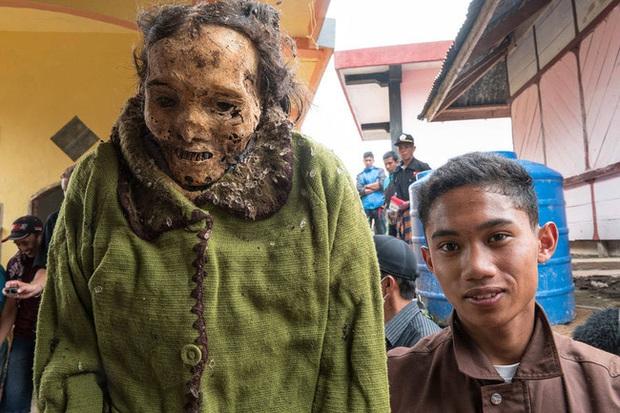 Sống chung và vệ sinh thi thể người chết: Việc làm nghe rùng rợn nhưng là văn hóa người Toraja cùng những lễ tang đắt đỏ thể hiện sự giàu sang - Ảnh 9.