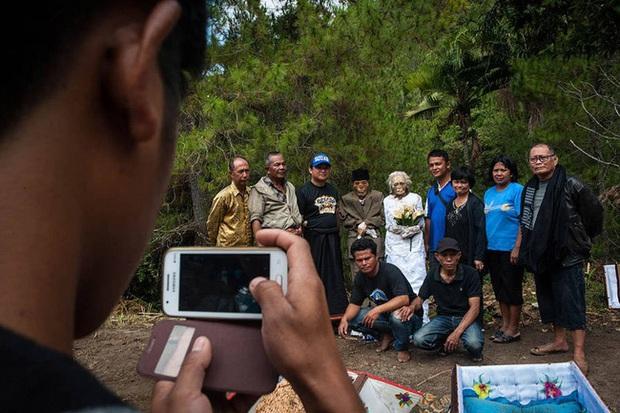 Sống chung và vệ sinh thi thể người chết: Việc làm nghe rùng rợn nhưng là văn hóa người Toraja cùng những lễ tang đắt đỏ thể hiện sự giàu sang - Ảnh 10.