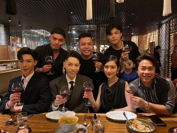 Gia đình Hoa dâm bụt tụ họp mừng sinh nhật Hoà Minzy, khoảnh khắc cô nàng bên bạn trai doanh nhân chiếm sóng MXH - Ảnh 3.