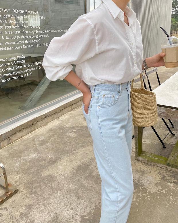 Quần jeans xanh sáng thống trị mùa hè và 14 tuyệt kỹ phối đồ chuẩn giúp bạn lên đời phong cách - Ảnh 1.