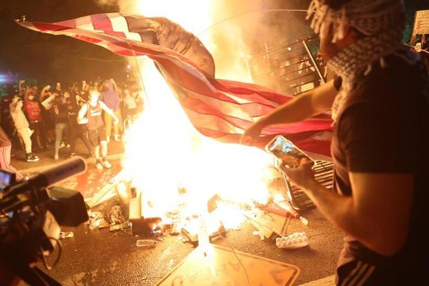 Những bức hình ám ảnh: Sau cái chết của một người đàn ông, cả nước Mỹ bỗng nhiên ngập chìm trong khói lửa và sự phẫn nộ - Ảnh 5.