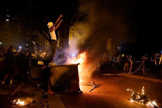 Những bức hình ám ảnh: Sau cái chết của một người đàn ông, cả nước Mỹ bỗng nhiên ngập chìm trong khói lửa và sự phẫn nộ - Ảnh 9.