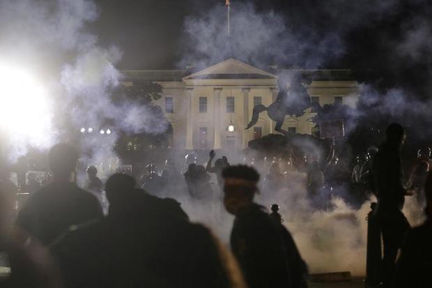 Những bức hình ám ảnh: Sau cái chết của một người đàn ông, cả nước Mỹ bỗng nhiên ngập chìm trong khói lửa và sự phẫn nộ - Ảnh 1.