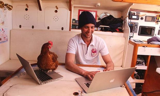 Cô gà mái đi du lịch vòng quanh thế giới cùng người bạn thủy thủ trẻ tuổi - Ảnh 3.