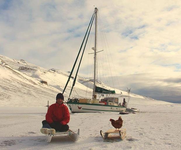 Cô gà mái đi du lịch vòng quanh thế giới cùng người bạn thủy thủ trẻ tuổi - Ảnh 4.