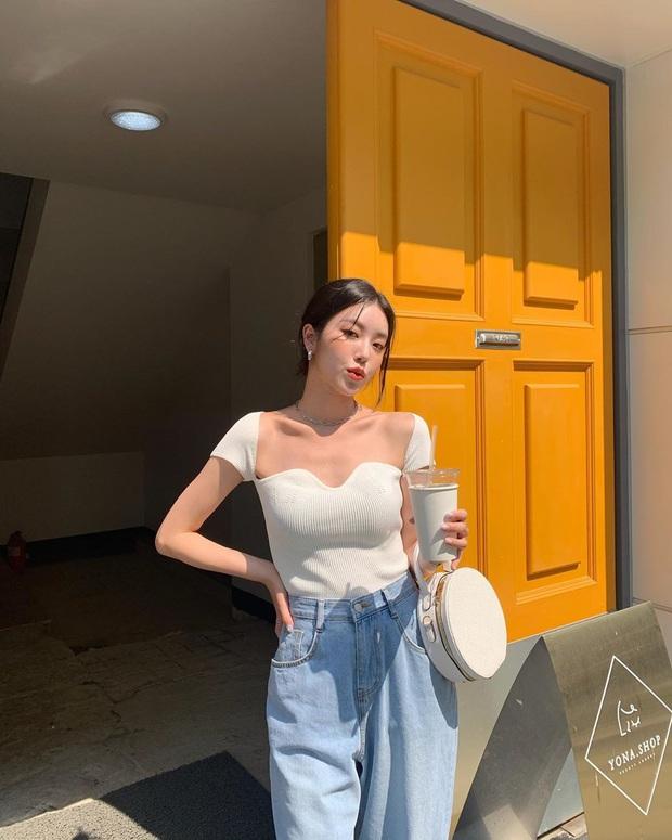 Quần jeans xanh sáng thống trị mùa hè và 14 tuyệt kỹ phối đồ chuẩn giúp bạn lên đời phong cách - Ảnh 11.