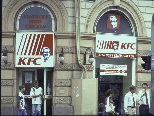 """Logo của những thương hiệu ăn uống đình đám nhất thế giới thay đổi ra sao theo thời gian: """"Chóng mặt"""" nhất vẫn là hãng đầu tiên - Ảnh 13."""