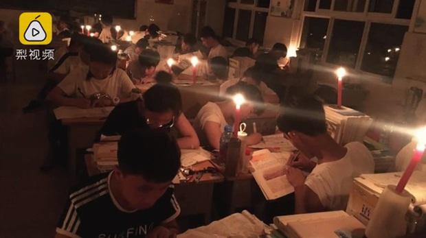 Thắp nến ôn thi ngày đêm, thở bình oxy trong phòng đóng kín: Học trò Trung Quốc đang đánh vật với kỳ thi ám ảnh bậc nhất thế giới - Ảnh 3.