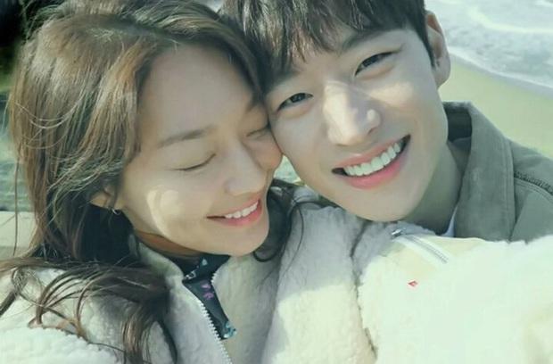 Những bức selfie siêu hiếm của minh tinh Hàn: Jeon Ji Hyun - Park Shin Hye tưởng lộ người yêu, Son Ye Jin cực tình bên ai kia? - Ảnh 10.