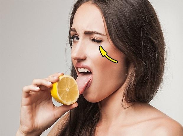 Giải mã: Giọng ghi âm vừa chua vừa thé, nheo mắt khi ăn chua, chất thải toilet máy bay đi đâu? - Ảnh 6.