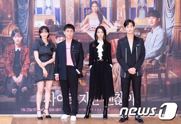 Họp báo hot nhất hôm nay: Kim Soo Hyun gây choáng vì như ma cà rồng hack tuổi, nhưng sao lại bị nữ chính lấn át thế này? - Ảnh 11.