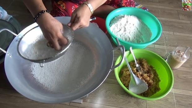 """Đoạn clip người phụ nữ làm bánh với thao tác cực lạ đang """"gây bão"""" TikTok, hoá ra là đặc sản nổi tiếng của đồng bào Khmer Nam Bộ - Ảnh 5."""