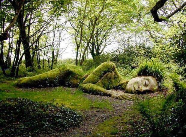 Lạ kỳ bức tượng thiếu nữ nằm ngủ được mẹ thiên nhiên tặng xiêm y thay đổi theo 4 mùa - Ảnh 1.