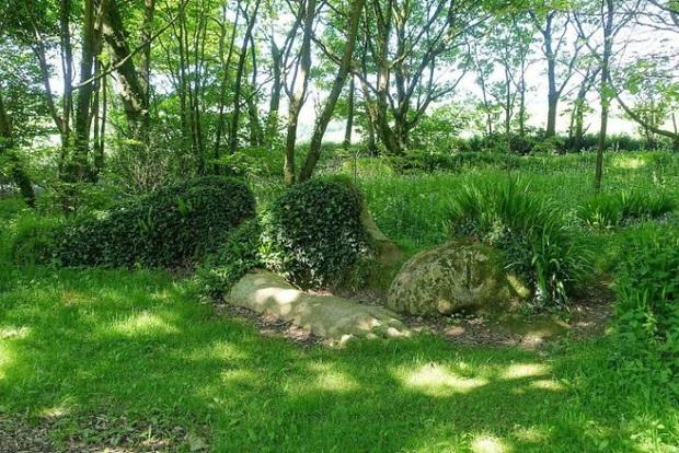 Lạ kỳ bức tượng thiếu nữ nằm ngủ được mẹ thiên nhiên tặng xiêm y thay đổi theo 4 mùa - Ảnh 2.