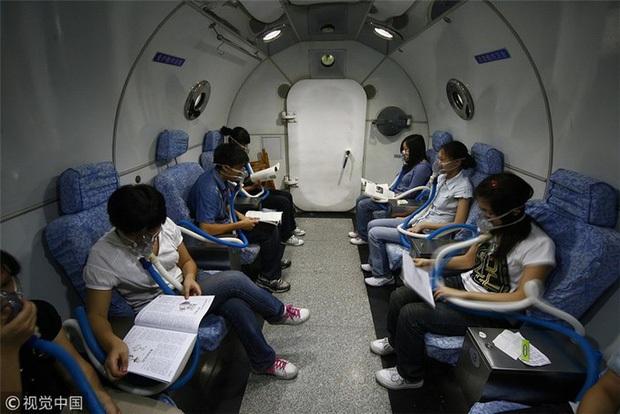 Thắp nến ôn thi ngày đêm, thở bình oxy trong phòng đóng kín: Học trò Trung Quốc đang đánh vật với kỳ thi ám ảnh bậc nhất thế giới - Ảnh 5.