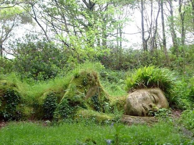 Lạ kỳ bức tượng thiếu nữ nằm ngủ được mẹ thiên nhiên tặng xiêm y thay đổi theo 4 mùa - Ảnh 3.