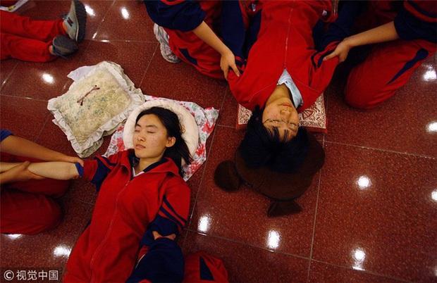 Thắp nến ôn thi ngày đêm, thở bình oxy trong phòng đóng kín: Học trò Trung Quốc đang đánh vật với kỳ thi ám ảnh bậc nhất thế giới - Ảnh 6.