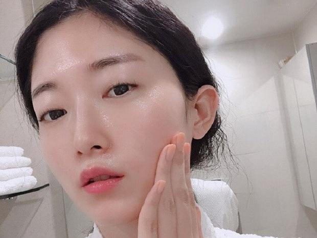 Bậc thầy làm đẹp của Nhật Bản qua đời ở tuổi 76, truyền lại cho phái đẹp toàn cầu bước skincare cải lão hoàn đồng chỉ trong 3 phút - Ảnh 6.
